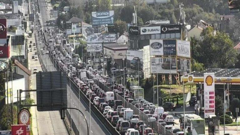 El arranque del cierre perimetral abarrota la avenida de Madrid en Vigo